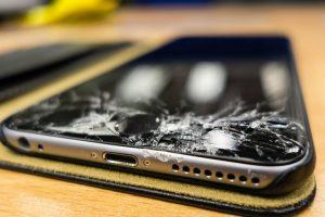 Rozbity dół szybki ekranu w Iphonie 7 plus to ból.