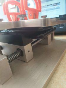 Usuwanie uszkodzonego wyświetlacza z SAmsunga przy użyciu śruby mikrometrycznej - mikrometru